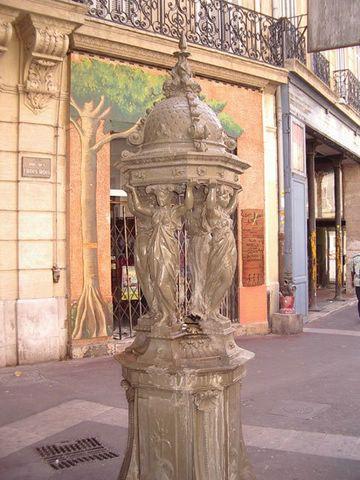 Fontaine WALLACE place du chien Saucisse star marseillaise .